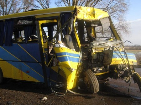 пассажирский автобус столкнулся с деревом